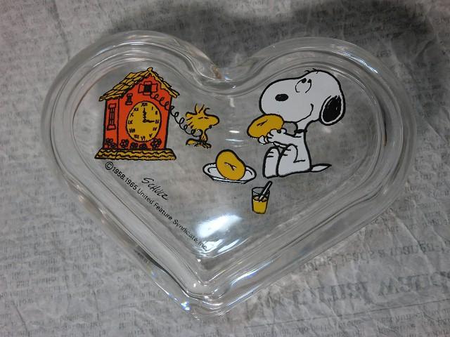 画像1: スヌーピーガラス製ハート型小物入れ(おやつ) (1)